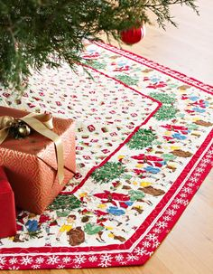 I can also see patchwork that salvages cutter quilts, unified by a continuous border. This six-sided tree skirt fast uses a cleverly cut border print. Select novelty prints that complement each other. Diy Christmas Tree Skirt, Xmas Tree Skirts, Christmas Tree Skirts Patterns, Christmas Sewing, Christmas Projects, Holiday Crafts, Christmas Stockings, Christmas Quilting, Christmas Ideas