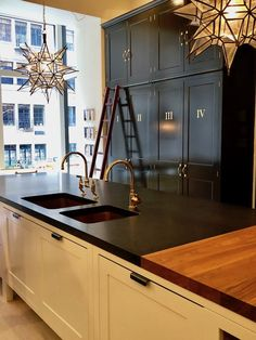 The Timeless Appeal of Plain English - Quintessence Long time favorite Plain English opens a New York City showroom with bespoke kitchens and cabinetry of timeless quality and craftsmanship. Plain English Kitchen, English Kitchens, French Kitchen, British Kitchen Design, Utility Room Designs, Kitchen Design Gallery, Timeless Kitchen, Traditional Dining Rooms, Church Interior