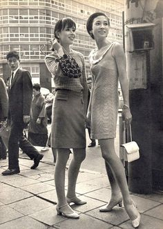 Japan - probably in probably not Japan. Probably Korea. I believe the comment mentions 'The Daily News. Fashion In, 1960s Fashion, Japan Fashion, Vintage Fashion, Retro Pictures, Look Retro, Retro Mode, Moda Vintage, Japan Photo