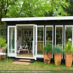 Kleines Gartenhaus mit deckenhohen Fenstern | roomido.com