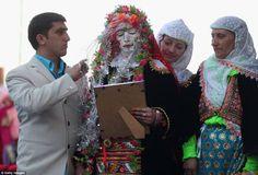 Otro aspecto curioso de las #bodas Pomak (#Bulgaria) es que la novia deberá abstenerse de abrir los ojos hasta que un clérigo musulman bendiga la unión entre ambos. La familia de la novia irá confeccionando su futura dote desde su nacimiento. El día de la boda, estos objetos se colgarán de un andamiaje de madera de 3 metros de alto y 50 de largo erigido especialmente para la ocasión. Todo el pueblo se involucra en la celebración de la boda, que dura dos días.