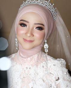 r e d b e r r y w e d d i n g (@redberrywedding) • Foto dan video Instagram Hijabi Wedding, Wedding Hijab Styles, Muslimah Wedding Dress, Arab Wedding, Disney Wedding Dresses, Muslim Brides, Pakistani Wedding Dresses, Bridal Hijab, Hijab Bride