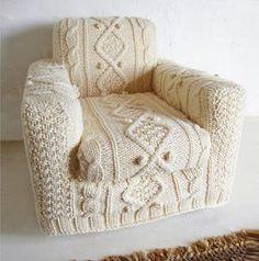 gezien bij Lynn Garrett - hand knitted cream aran armchair slip cover. Dit ga ik ook doen!