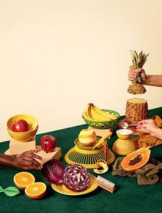 vocna gozba; vise ruku, vise voca, odabir posudja sa interesantnim teksturama; presecen ananas i ruka koja ga drzi