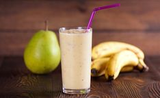 If you suffer from bloating, gas, or other forms of digestive distress, this banana pear smoothie might be just the thing you need to show your tummy a little TLC. Pear Smoothie, Yogurt Smoothies, Healthy Smoothies, Smoothie Recipes, Healthy Food, Winter Smoothies, Sumo Natural, Desserts Sains, Vegan Meal Plans