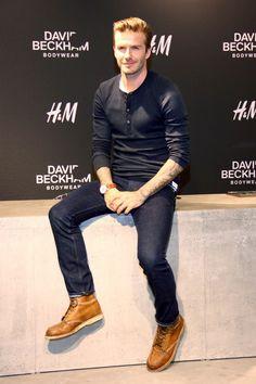 Tenue de David Beckham: T-shirt à col boutonné noir, Jean bleu marine, Bottes en cuir brun clair, Montre en cuir brun | Mode hommes