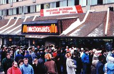 Jan 31, 1990: 5000 people line up, before the doors open at the first McMoscow McDonald's!