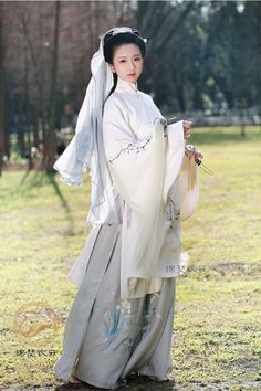 Girls display Chinese hanfu in Ming Dynasty style. Photos by 锦瑟衣庄