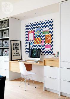 Pequeno escritório dentro do quarto.