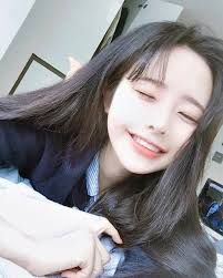 An Ulzzang means 'best face' or 'best look', it can be used for both boys and girls, ulzzangs are usually found online on SNS (Social Media) platforms and is based in South Korea and is voted by netizens through contests. Pelo Ulzzang, Ulzzang Korean Girl, Cute Korean Girl, Cute Asian Girls, Cute Girls, Estilo Beatnik, Son Hwamin, Hwa Min, Chica Cool
