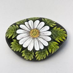Love this daisy painted rock! 💕 things i love stone paint Pebble Painting, Pebble Art, Stone Painting, Painted Rocks Craft, Hand Painted Rocks, Painted Pebbles, Rock Painting Ideas Easy, Rock Painting Designs, Stone Crafts