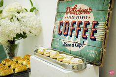 Decoración de una mesa de catering para un desayuno empresarial
