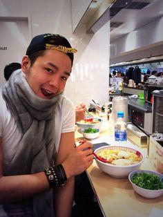 @jksjapan: 2014.1.8 Twitter 大阪到着して、すぐ食べに来たで~ みんな後で会いましょ~~