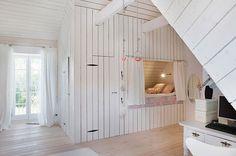 studio karin. Childrens room, platsbyggd säng.
