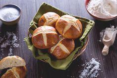 I pretzel buns sono soffici panini ispirati ai  pretzel, perfetti per arricchire il cestino del pane, o da farcire come i classici burger buns