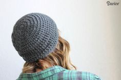 This simple slouch crochet hat pattern is a great pattern for beginners & simple enough that a more experienced crocheter could whip up it…