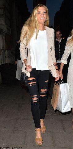 Челси Дэви оказался довольно модница, как она вышла в Лондоне носить рваные джинсы и шикар...