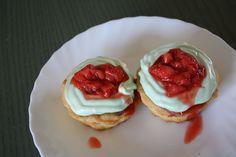 Cake met eiwitschuim en aardbeien.