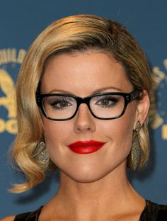 How to Find the Most Flattering Glasses for You Kathleen Robertson Glasses For Round Faces, Glasses For Your Face Shape, New Glasses, Girls With Glasses, Eyeglasses For Women Round Face, Kathleen Robertson, Glamour Make-up, Lysandre Nadeau, Celebrities With Glasses