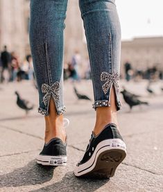 Refashion jeans with pearls and bows on the back side Denim Fashion, Fashion Pants, Fashion Outfits, Womens Fashion, Fashion Style Women, Zara Fashion, Refaçonner Jean, Shredded Jeans, Diy Kleidung