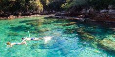 A Lagoa Azul é um dos passeios mais frequentados na Ilha Grande. Local de águas rasas, tranquilas e azuis, excelente para flutuação e pratica de snorkel.