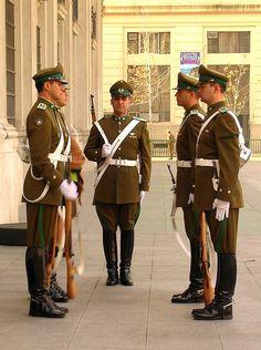 Uniforme de la Guardia de Palacio de la Moneda de Carabineros de Chile / Uniform of the Chilean Military Police Moneda Presidential Palace Guards.