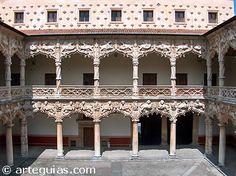 Patio interior del Palacio del Infantado (Guadalajara). Tardogótico de finales del siglo XV. Residencia de los Mendoza. Arquitecto Juan Guas y escultor Egas Cueman