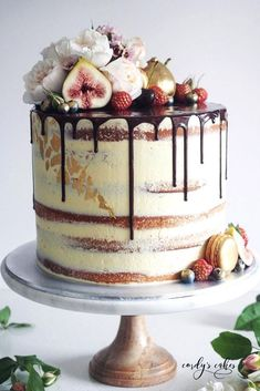 Modern Wedding Cakes - Unique, non-traditional cakes become more and more popular for wedding. Taking the internet by storm, drip wedding cakes became one of the hottest trends. Pretty Cakes, Beautiful Cakes, Amazing Cakes, Wedding Cake Rustic, Rustic Cake, Seminaked Wedding Cake, Wedding Favors, Wedding Bouquets, Wedding Events