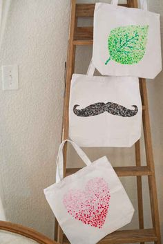 Domestic Fashionista : DIY Eraser Stamped Tote Bag Tutorial How to make an eraser stamped tote bag tutorial. Cute Tote Bags, Diy Tote Bag, Eraser Stamp, Sewing Projects, Diy Projects, Fabric Stamping, Pencil Eraser, Hobbies And Crafts, Canvas Tote Bags