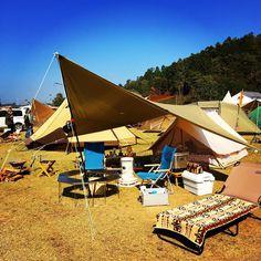 参考にしたいキャンプのレイアウト特集!スッキリ収納お助けグッズ9選 CAMP HACK[キャンプハック] Camping Style, Backpacking, Patio, Outdoor Decor, Space, Home Decor, Floor Space, Backpacker, Decoration Home