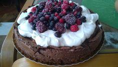 Húmeda de chocolate, dulce de leche, crema y frutos rojos. Bomba! Consultas y pedidos a belas.info@gmail.com #belas #chocolate #berries #frutosrojos #food #cake #sweet