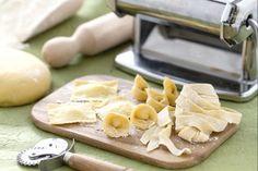 Ecco come tirare correttamente la sfoglia, il primo segreto per ottenere una perfetta pasta fresca fatta in casa: tagliatelle, tortellini e ravioli.