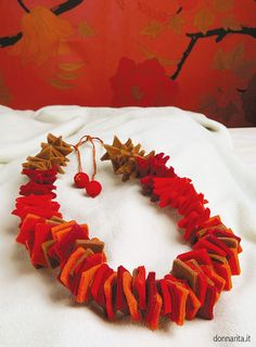 ambientata_collana_quadrati_rossa_DONNARITA Textile Jewelry, Fabric Jewelry, Jewelry Art, Embroidery Fabric, Fabric Art, Fabric Design, Felt Necklace, Fabric Necklace, Homemade Jewelry