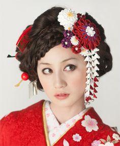 質感がかわいいレトロな髪飾りをたくさん付けて♡ 色打掛に合う冬らしい髪型一覧。白無垢ヘアの参考にも☆