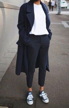 Minimalist - Comfort - Chic - Style - Idea - Trenchcoat - Long - Jeans - T-Shirt - Minimalist Outfit - Look Fashion, Trendy Fashion, Autumn Fashion, Womens Fashion, Street Fashion, Fashion Black, Latest Fashion, Feminine Fashion, 2000s Fashion