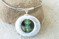 Beach stone sea glass necklace. Collier avec galet de par PARALIA