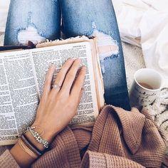 #CurrentMood ☕️ ¿Cómo va su domingo? #relax #sunday #reading #book #bookstagram