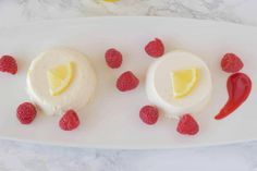 Lemon panna cotta with raspberry sauce. Creamy and sweet, this is an easy dessert that you make ahead, refrigerate then serve when you're ready for dessert. Pudding Desserts, Easy Desserts, Salad Dressing Cake Recipe, Raspberry Sauce, Lava Cakes, Looks Yummy, Cream And Sugar, Cake Recipes
