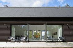 Nowoczesny dom o ciemnej zabudowie i minimalistycznym wnętrzu