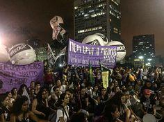 """Em um dia marcado por manifestações no mundo todo as mulheres tingiram as ruas do centro de São Paulo de lilás para jogar luz sobre os seus direitos. Convocadas por coletivos feministas nacionais e internacionais - #womensmarch e #niunamenos - elas bradaram e marcharam pela legalização do aborto equiparação salarial contra o feminicídio pelo fim da violência doméstica pelas próprias vidas. """"Nem uma a menos nenhum direito a menos. Mais pelas mulheres"""" ecoavam. Nossa luta não acaba neste Dia…"""