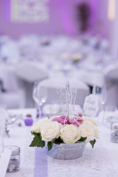 Joli centre de table pour un mariage, photo by Sylvain Larose. Centerpiece Wedding, Wedding Table, Tables, Table Decorations, Home Decor, Center Table, Mesas, Decoration Home, Room Decor