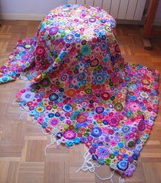 """Cada flor está hecho por separado y luego se une para tener una """"red de flores"""". Siempre me encanta hacer flores, da mucha vitalidad, Funda ..."""