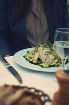 [Les Deux Abeilles] Endroit chou pour le déjeuner ou pour high tea. Je suggère vivement leurs salades et leurs crumbles! A deux pas de la Tour Eiffel.