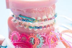 Modelo de ortodoncia y herramienta de dentista. Braces Bands, Braces Tips, Kids Braces, Dental Braces, Teeth Braces, Fake Braces, Braces Humor, Gold Braces, Happy Dental