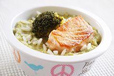 Pavé de saumon à la purée de brocolis et riz. Encore une recette pour un bébé bien gourmande ! Cette purée pour bébé de brocolis et riz accompagne un pavé de saumon poêlé pour un délicieux déjeuner complet et équilibre pour bébé.