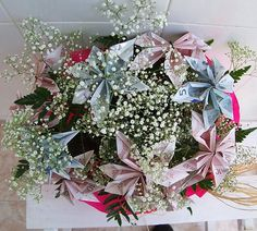 In this post we will try to gather ideas for the gift to the newlyweds. And is that gangs of friends closest to the bride and groom usually make delivery of your gift at the banquet and what better. Newlyweds, Wedding Gifts, Origami, Christmas Wreaths, Floral Wreath, Groom, Holiday Decor, How To Make, Ideas Originales