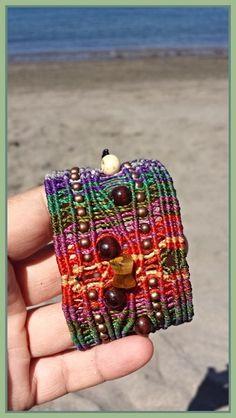 Brazalete ancho multicolor./ multicolored bracelet de Macrameadictas por DaWanda.com
