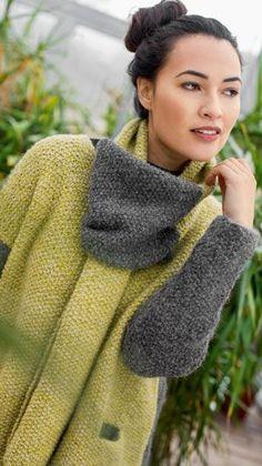 Denne strikkeopskrift er til en enkel jakke i perlestrik med indstrikkede lommer. Det gulgrønne forstykke giver jakken personlighed, og det matchende haltørklæde er prikken over i'et.