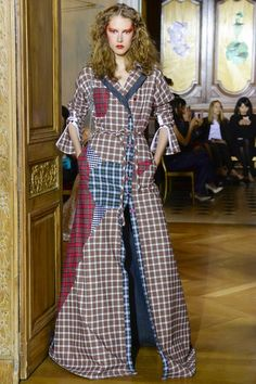 See the complete Ronald van der Kemp Fall 2017 Couture collection.