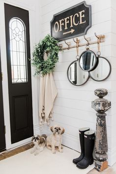 Welcoming Fall Entryway – Rustic Farmhouse Entry Cozy rustic fall farmhouse entryway - A cozy cottage/farmhouse style entryway with a church pew & other cozy elements. Shabby Chic Flur, Shabby Chic Entryway, Rustic Farmhouse Entryway, Fall Entryway, Farmhouse Design, Entryway Decor, Farmhouse Style, Entryway Ideas, Cottage Farmhouse